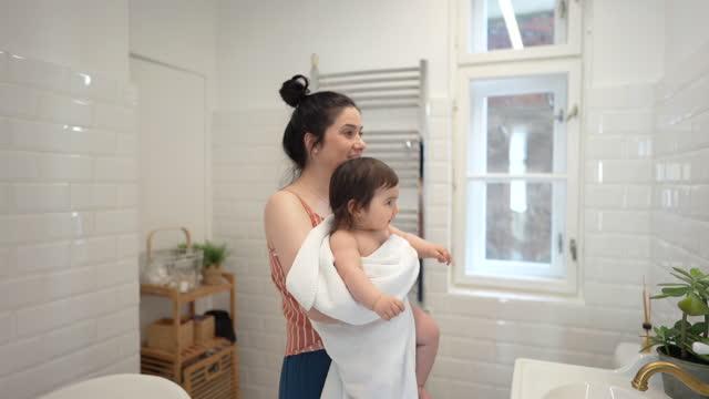 il tempo del bagno è un momento divertente - bagno domestico video stock e b–roll