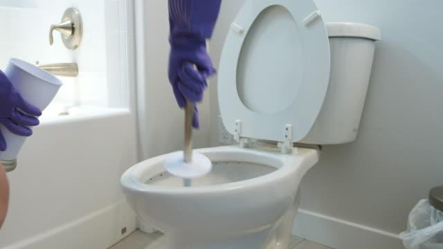 バスルームのクリーニング - お手洗い点の映像素材/bロール