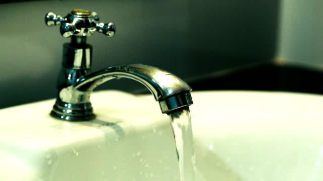vidéos et rushes de robinet de salle de bain à l'eau courante. - se raser