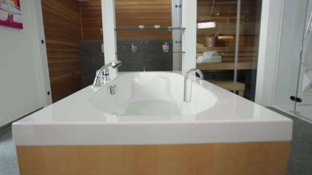 stockvideo's en b-roll-footage met ws td tu bathtub / kleinmachnow, brandenburg, germany - domestic bathroom