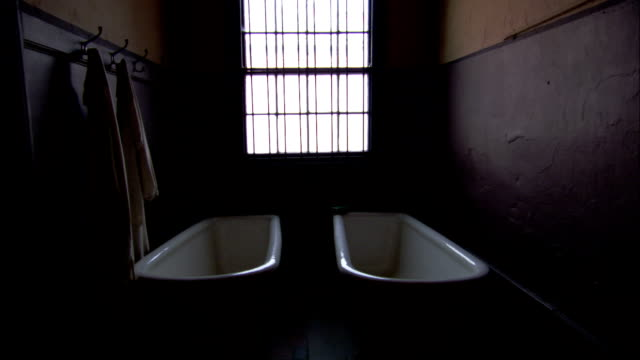 bathtubs in a victorian bathroom. available in hd. - newcastle upon tyne inghilterra video stock e b–roll
