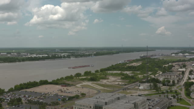 wgno baton rouge louisiana us mississippi river and barge traffic on wednesday may 17 2017 - luisiana stock videos and b-roll footage