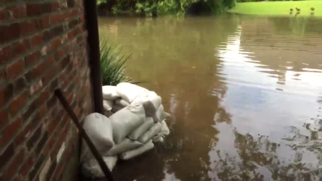 Baton Rouge residents forced to build sand bag walls around their homes as Bayou Manchac continues to rise