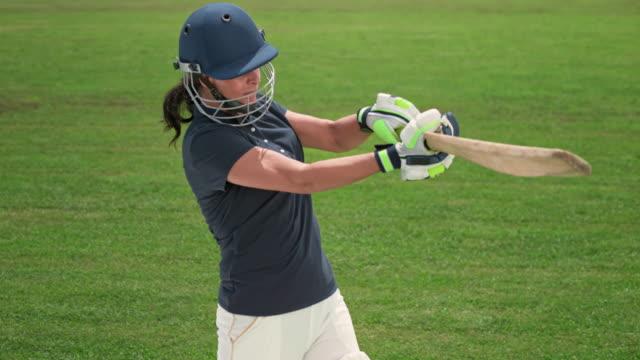 vídeos y material grabado en eventos de stock de slo mo batswoman golpeando la pelota con su bate de cricket - bate de críquet