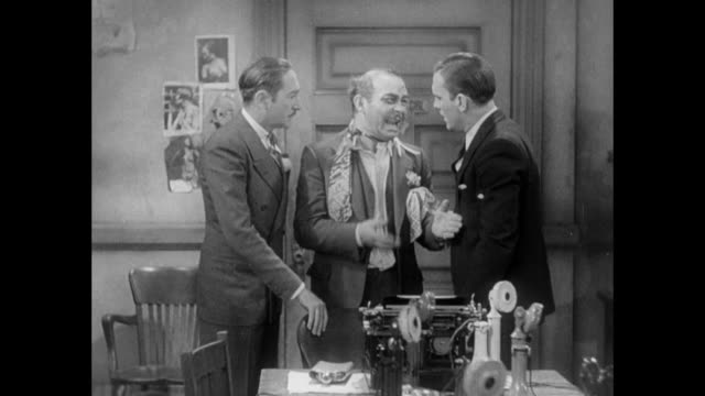 vidéos et rushes de 1931 battered and bruised mafia man confesses to editor (adolph menjou) and reporter (pat o'brien) that he lost the elderly woman he kidnapped earlier - 1931