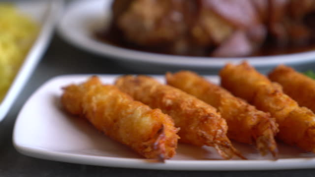 stockvideo's en b-roll-footage met slagman-gebakken garnalen op eettafel - dicht