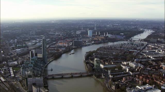 battersea power station shot on september 16th 2014 in london england - バタシー発電所点の映像素材/bロール