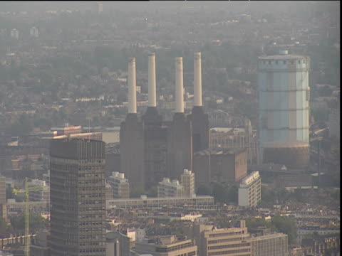 battersea power station under heavy smog london - バタシー発電所点の映像素材/bロール