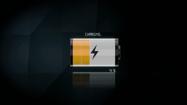 vidéos et rushes de 4k-batterie en charge sur fond de triangle | bouclables - batterie