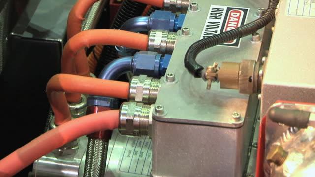 vidéos et rushes de ms zo battery compartment of li-ion motors corp inizio at detroit auto show / detroit, michigan, usa - batterie