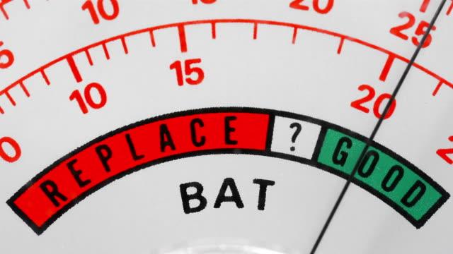 battery test showing a good result - 測定器点の映像素材/bロール