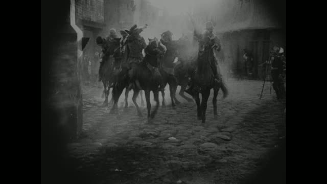 vídeos de stock, filmes e b-roll de 1572 a battle begins in a french village - século xvi