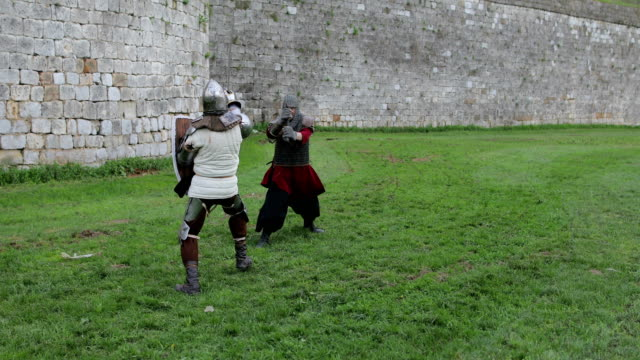vídeos de stock e filmes b-roll de battle between two aggressive and strong opponents, medieval knights. - rei pessoa real