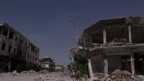 vidéos et rushes de news visits square where islamic state carried out countless executions; syria: raqqa: ext gv street lined with bomb-damaged buildings gv... - ruiné