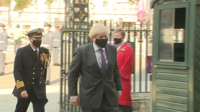 vídeos de stock e filmes b-roll de battle of britain 80th anniversary: westminster abbey arrivals; england: london: westminster abbey: ext gv guards in masks standing beside gate and... - prime minister