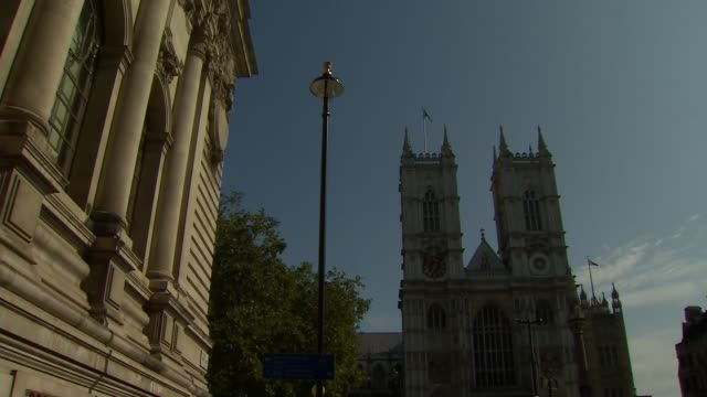 westminster abbey flypast england london westminster westminster abbey ext low angle view union flag with raf emblem flying over abbey various ground... - war and conflict点の映像素材/bロール