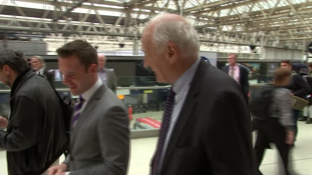 vídeos de stock e filmes b-roll de memorial to soldiers unveiled at waterloo station england london waterloo station int peter snow set up shot with reporter / interview sot - peter snow