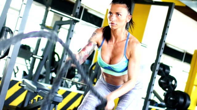 schlacht seil training. - body building stock-videos und b-roll-filmmaterial