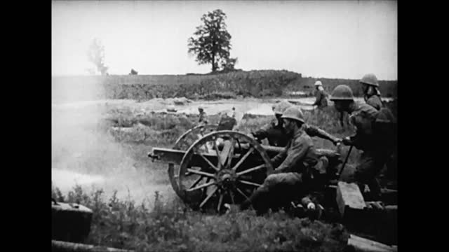 battle scenes / chinese and japanese field artillery / japanese army storming nanking / urban fighting / japanese victory - 日本の軍事力点の映像素材/bロール