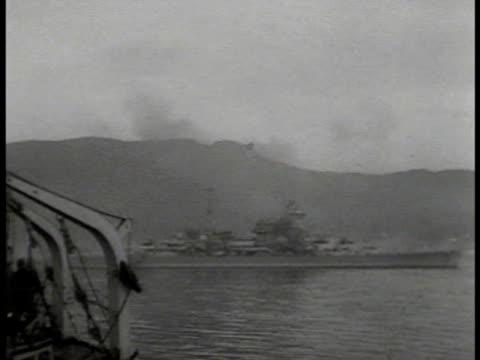 vidéos et rushes de vs battleship at sea mountain bg firing battleships at sea firing cannons vs oil tanker burning heavy black smoke vs destroyed burning flaming oil... - 1941