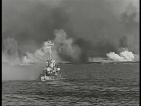 battleship firing cannon guns ls battleship firing guns us marines in higgins landing craft on ocean ha ws shells hitting water near moving landing... - schlacht um iwojima stock-videos und b-roll-filmmaterial