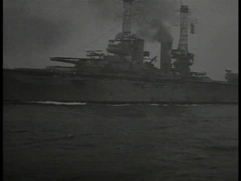 vidéos et rushes de battleship moving on water ws pan ocean w/ us world war i ships on water ha td ws battleship w/ center gun turrets - marine