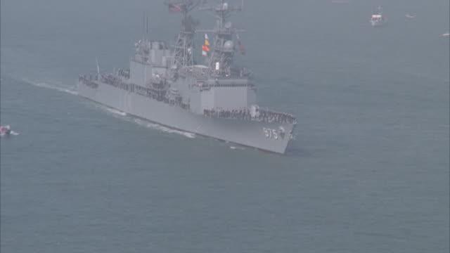 vídeos de stock e filmes b-roll de aerial, zo, battleship uss missouri and small sailboats, california coast, usa - radar