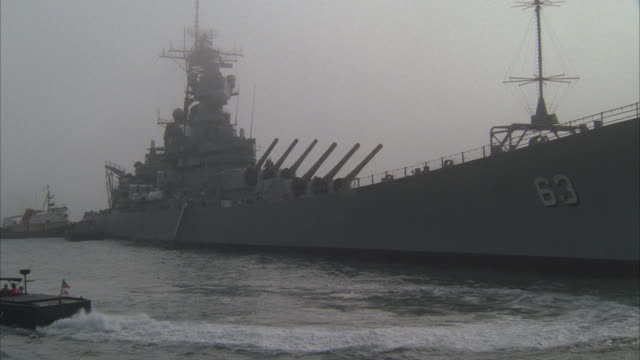 ms, circling, zi, cu, battleship uss missouri on sea, san francisco harbor, california, usa - marinaio video stock e b–roll