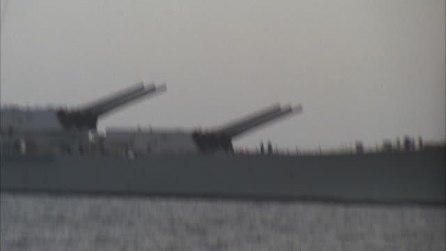 ms, zi, zo, pan, battleship uss missouri on water,  usa - 軍用船点の映像素材/bロール