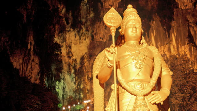 t/l batu caves statue and hindu worshippers, gombak, malaysia - ancient stock videos & royalty-free footage
