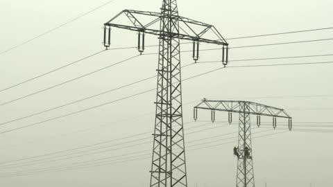 bauarbeiter an einem hochspannungsmast - high voltage sign stock videos & royalty-free footage