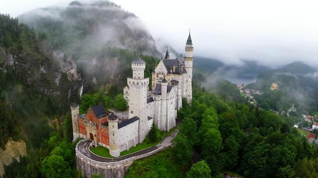 vídeos de stock, filmes e b-roll de bavaria landmarks - neuschwanstein castle - castelo