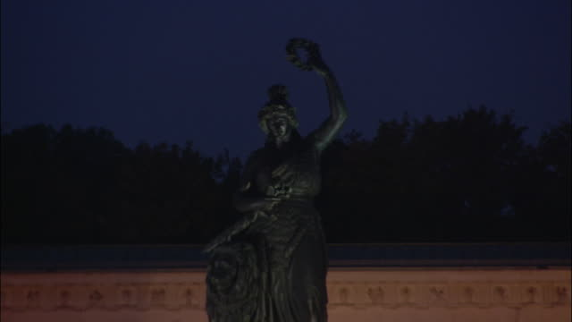 vidéos et rushes de zo, ws, bavaria statue overlooking oktoberfest at night, munich, bavaria, germany - âges mélangés