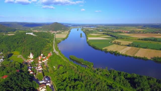 vídeos de stock e filmes b-roll de bavarian danube valley and walhalla memorial - rio danúbio