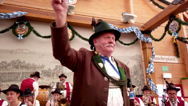 vidéos et rushes de bavarian folk orchestra performs in the traditional tent on the opening day of the 2019 oktoberfest on september 21, 2019 in munich, germany. this... - culture allemande