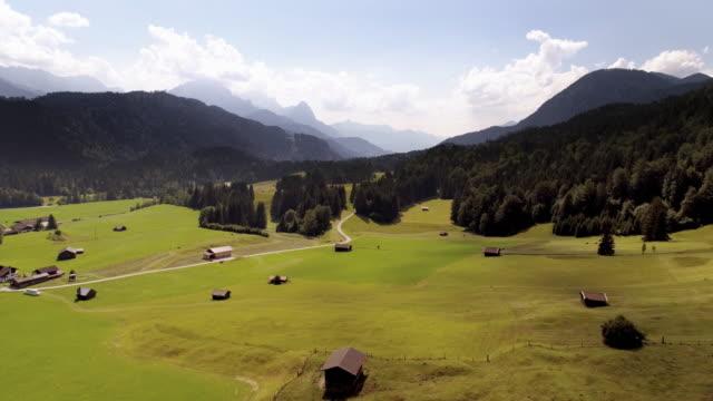 Bayerische Landschaft mit Wettersteingebirge und Zugspitze