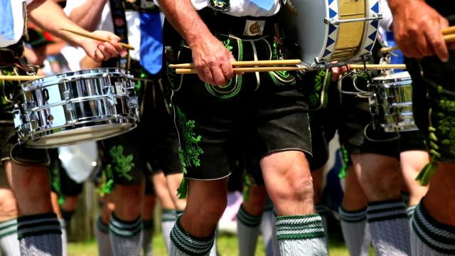 vídeos y material grabado en eventos de stock de músicos tocando de baviera en la calle parade ms - vestido tradicional