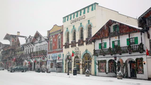 stockvideo's en b-roll-footage met ws bavarian style village in snow, leavenworth, washington, usa - washington state