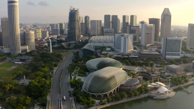 stockvideo's en b-roll-footage met bay area in downtown singapore. esplanade theatre. - financieel district