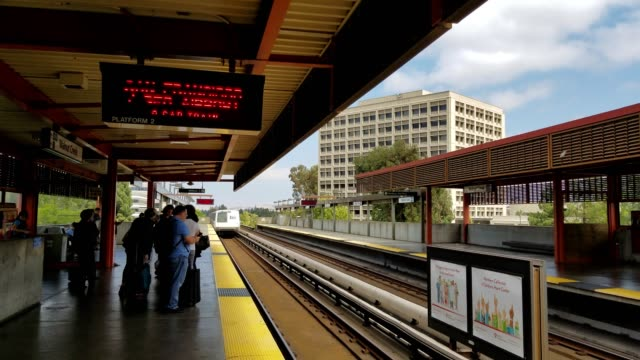 vídeos y material grabado en eventos de stock de a bay area rapid transit train bound for the san francisco international airport arrives at walnut creek station and passes directly by the camera as... - bart