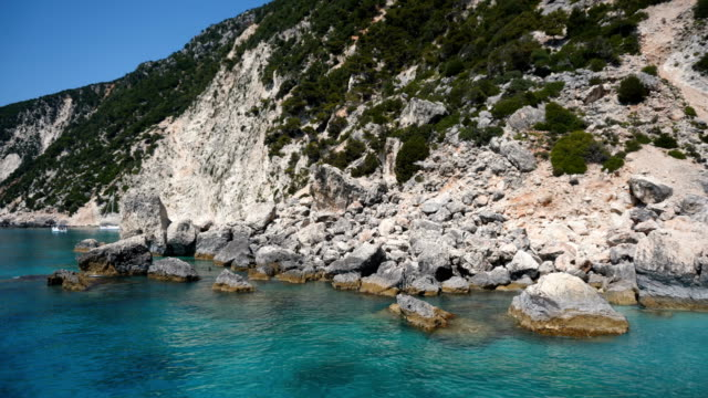vídeos de stock, filmes e b-roll de praia na ilha de ítaca, grécia - passear sem destino