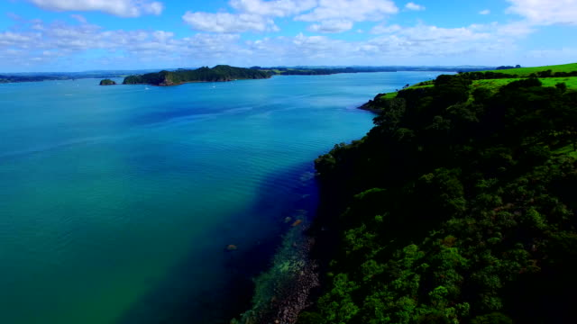 bay of islands aerial video - baia delle isole nuova zelanda video stock e b–roll