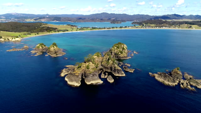 bay of islands aerial view - baia delle isole nuova zelanda video stock e b–roll