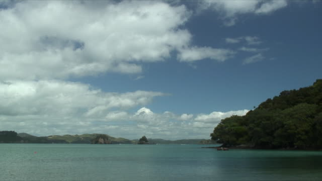 vidéos et rushes de ws bay under white clouds, bay of islands, new zealand - bay of islands nouvelle zélande