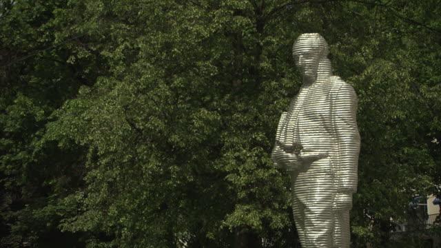 vídeos de stock e filmes b-roll de bayerischer hof, sculpture of graf von montgelas, trees - figura masculina