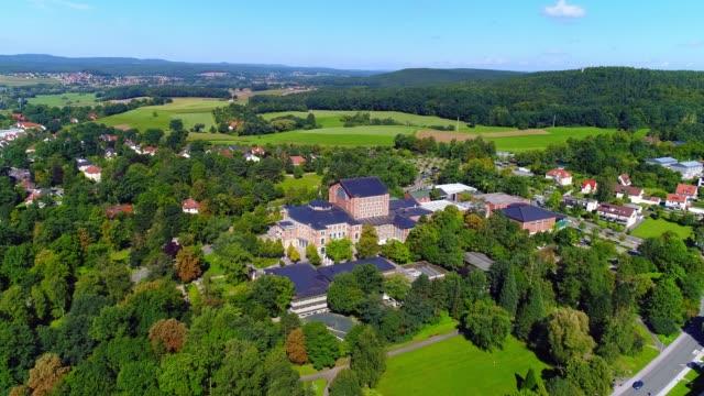 vídeos de stock, filmes e b-roll de bayreuth e seu festival de teatro (festspielhaus) em colina verde - alta baviera