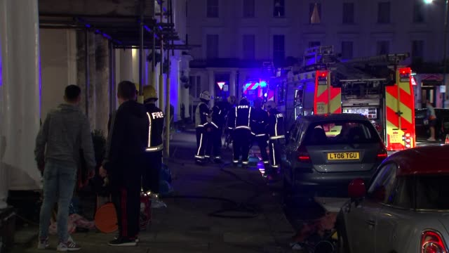bayswater hotel evacuated following fire 1542016 london bayswater various shots of firefighters and fire engines outside pembridge palace hotel... - itv london tonight weekend点の映像素材/bロール