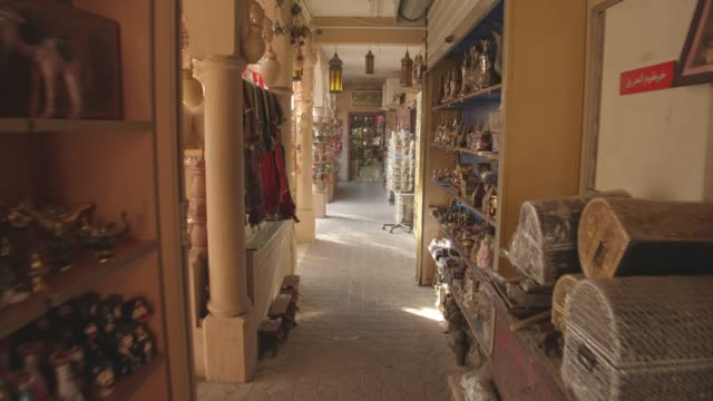 stockvideo's en b-roll-footage met pov bazaar in oman - markt