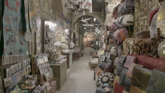 vidéos et rushes de bazaar stalls, khan el-khalili, le caire, egypte - marché