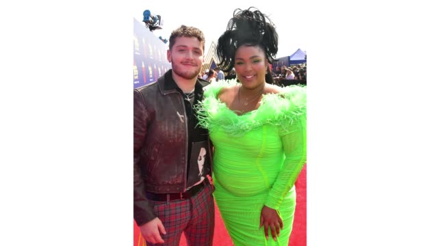 bazzi and lizzo attend the 2019 mtv movie and tv awards at barker hangar on june 15, 2019 in santa monica, california. - mtvムービー&tvアワード点の映像素材/bロール